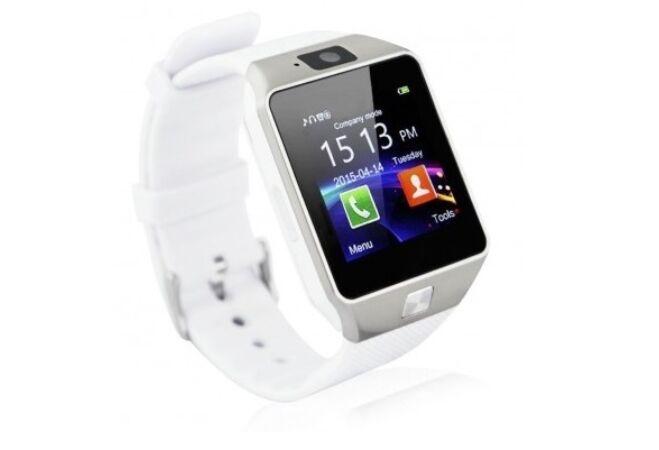 Prémium okosóra android operációs rendszerrel fehér színben